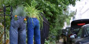 Unik, Celana Panjang Disulap Jadi Pot Kembang
