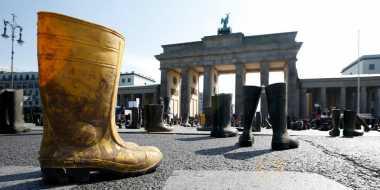 Demo Peternak Sapi Perah di Jerman