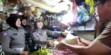 Patroli Dialogis, Polwan Polres Gorontalo Jadi Pedagang di Pasar