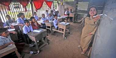Memprihatinkan, Siswa SD dan SMP Belajar di Bangunan Tak Layak