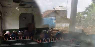 Warga dan Relawan Salat Jumat di Lokasi Banjir Bandang Garut