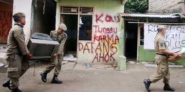 Anggota Satpol PP Bantu Warga Pindahkan Barang Saat Penggusuran di Bukit Duri