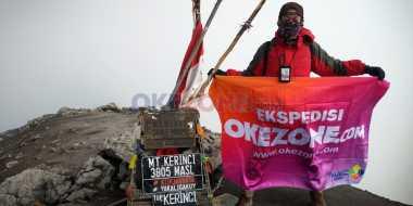 SUMPAH PEMUDA: Militansi Muda-Mudi Redaksi Okezone Kibarkan Bendera di Puncak Kerinci