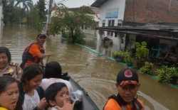 BPBD Kota Bekasi Evakuasi Korban Banjir Jati Bening