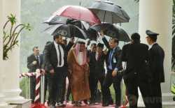 Hujan Deras di Istana Bogor, Raja Salman dan Presiden Jokowi Payungan