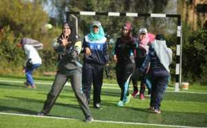 Melihat Sesi Latihan Bisbol Perempuan Muslim Palestina