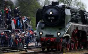 Begini Antusiasme Warga Tonton Parade Mesin Uap di Polandia
