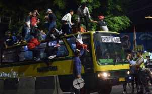 Larangan Warga Naiki Atap Bus