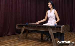 Intip Miss Indonesia 2017 Achintya Nielsen Memainkan Alat Musik Marimba