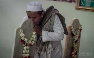 Cium Nisan Makam Habib Ali bin Muhammad Al Habsyi pada Haul ke-106