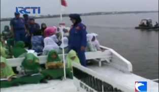 Hari Buku Sedunia, Murid SD di Medan Membaca Buku di Atas Perahu Keliling