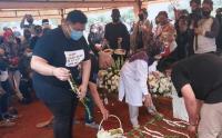 Ayah Ivan Gunawan Dimakamkan di TPU Kampung Kandang
