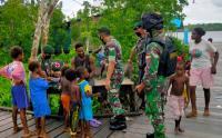 Kostrad Berikan Pengobatan Keliling untuk Warga Kampung Baru Papua
