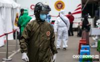 Potret Petugas Kesehatan Pakai Helm Deteksi Suhu Tubuh