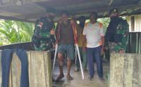 Warga Jayapura Alami Kecelakaan, Satgas Bremoro Berikan Tongkat Krek Merah Putih