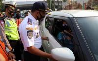 Petugas Sosialisasikan Ganjil-Genap di Ruas Jalan Gunung Sahari