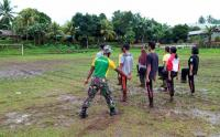 Satgas Yonarmed 9 Kostrad Latih Tim Paskibra Kecamatan Loloda