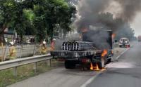 Truk Terbakar di Tol JORR