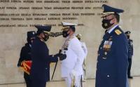 Panglima TNI Sematkan Tanda Kehormatan Bintang Angkatan Kelas Utama Kepada Kasal dan Kasau