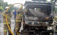 Mobil Truk Bermuatan Besi Terbakar di Jalan Pulo Gebang, Jaktim