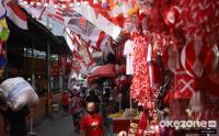 Pedagang Pernak-Pernik Hari Kemerdekaan di Pasar Jatinegara