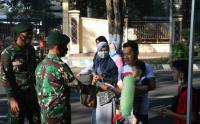 Sinergitas TNI-Polri  Bagikan 1000 Masker Gratis di Alun-Alun  Bondowoso