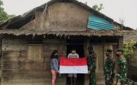 Prajurit Kostrad Bagi-Bagi Bendera Merah Putih kepada Warga Tobelo Maluku Utara