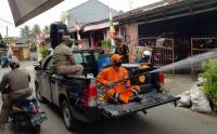 Petugas Kelurahan Keliling Kampung Sosialisasikan 3 M dan Semprot Disinfektan