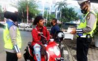 Polisi Tilang Pengendara Sepeda Motor yang Tidak Pakai Helm dan Masker