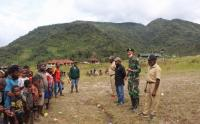 Pengibaran Bendera Merah Putih di Distrik Jila Papua