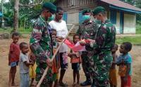 Prajurit Kostrad Bagikan Bendera Merah Putih di Kampung Emete Papua