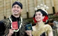 Hessel Steven dan Faradilla Pamer Buku Nikah