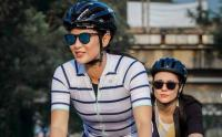 Gaya Bersepeda Dian Sastro dengan Jersey Garis-Garis