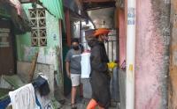 Cegah Penyebaran COVID-19, Kelurahan Cawang Semprot Disinfektan