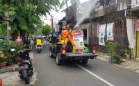 Pakai Mobil Bak, Petugas PPSU Semprot Lingkungan Kelurahan Cijantung dengan Disinfektan