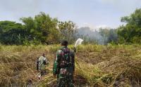 Prajurit Kostrad Bantu Warga Padamkan Kebakaran Lahan di Belakan Lapas Ngawi