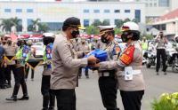 Polda Metro Jaya Bagikan 25 Ton Beras untuk Warga Terdampak Covid-19