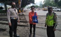 Peringati Hari Lalulintas Bhayangkara ke-65, Anggota Polisi Bagikan Sembako untuk Penjaga Pintu Rel Kereta