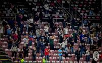 Suporter dan Tenaga Medis Saksikan Laga Milan vs Bologna