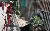 PPSU Kelurahan Utan Kayu Semprot Disinfektan Pemukiman Warga