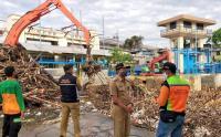 Usai Hujan Deras Melanda Jabodebek, Sampah Kiriman di Pintu Air Manggarai Dibersihkan