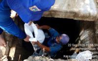 Petugas Perbaiki Drainase di Jalan KH Mas Mansyur