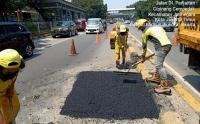 Cegah Terjadinya Kecelakaan, Pasukan Kuning Perbaiki Jalan DI Panjaitan yang Berlubang
