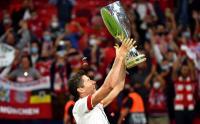 Lewandowski Bawa Piala Super Eropa 2020