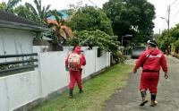 Petugas Damkar Semprotkan Disinfektan di Srengseng Sawah