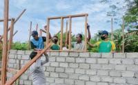 Prajurit Kostrad Bantu Bangun Rumah Warga di Desa Tiowor Halmahera Utara