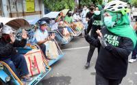 Khofifah Bagikan Masker ke Pengemudi Becak dan Pedagang Pasar Klojen Lumajang