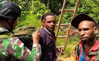 Lintasi Medan Berat, Prajurit Kostrad Distribusikan Logistik di Papua