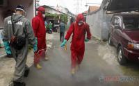 Cegah Covid-19, Damkar Semprot Disinfektan di Permukiman Jagakarsa