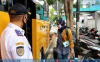 Bus Sekolah Antar Warga Positif Covid-19 ke Wisma Atlet Kemayoran